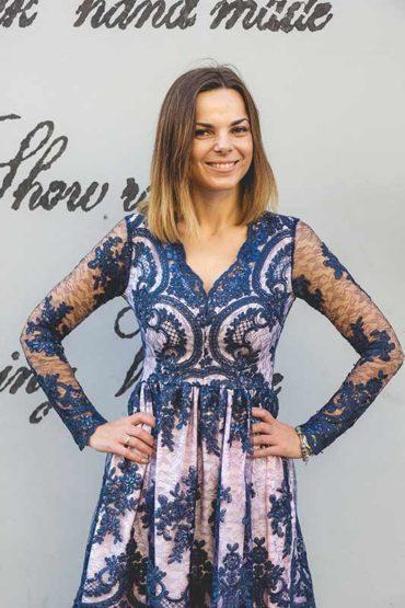 Dopasowane sukienki – niezbędnik każdej panienki